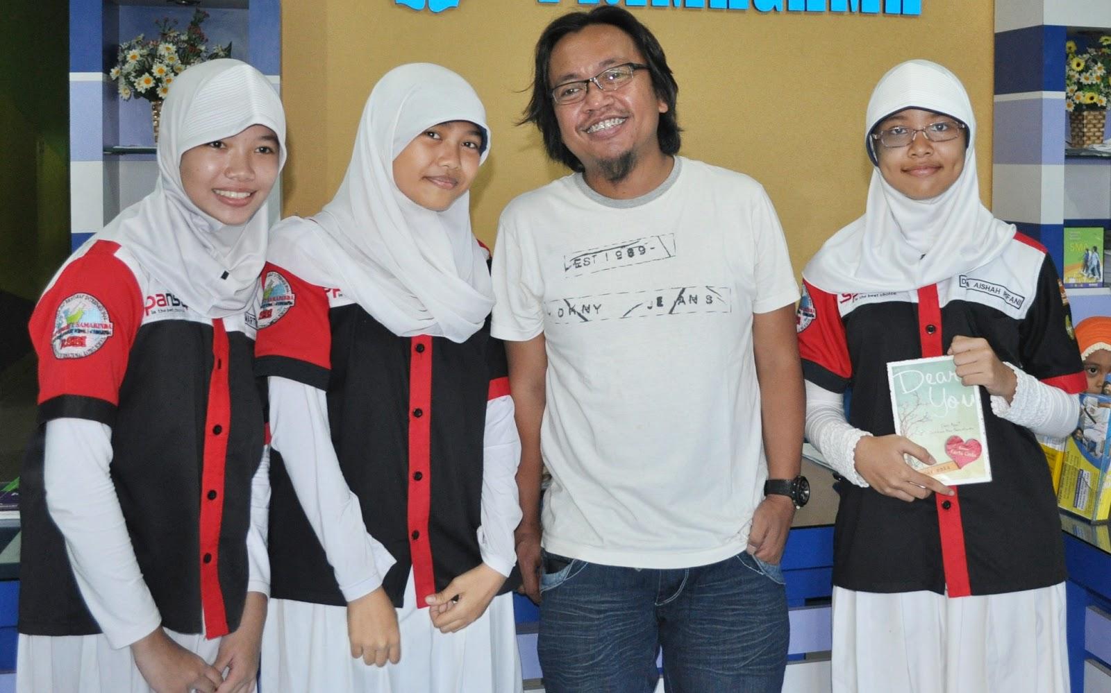 Foto bareng: (dari kiri) Hera, Azizah, Moammar Emka, dinda