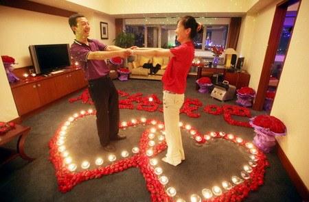 صيني يطلب يد صديقته بإستخدام 9999 ورده حمراء Marriage-proposal5