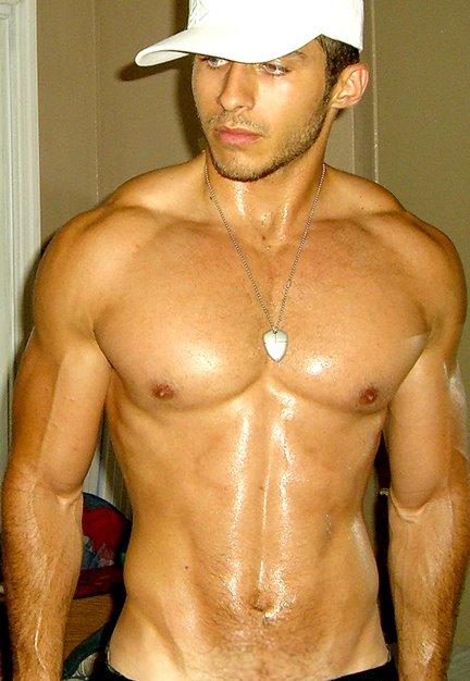 absolyutno-goliy-fitnes-model-maykl-fitt
