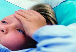 Le syndrome oculo-uréthro-synovial, encore appelé arthrite réactive, est une maladie systémique qui accompagne parfois la spondylarthrite ankylosante. Elle se caractérise par l'apparition simultanée de • fièvre ; • diarrhée sanglante ; • inflammation de l'urètre et des articulations, notamment difficulté d'uriner et douleurs articulaires ; • conjonctivite (yeux rouges, avec démangeaisons). Elle fait partie des spondylarthropathies séronégatives (le malade ne présente pas d'anticorps spécifiques permettant de déceler la maladie). Elle est due à une infection des organes génitaux et urinaires ou de l'estomac et des intestins.