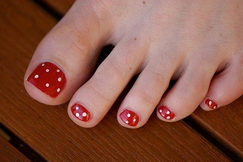 uñas rojas con puntos blancos