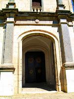 Portal principal amb elements d'estil neoclàssic de l'església de Sant Andreu de Gurb