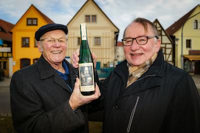 Hans-Georg Richter übergibt Stadtrat Thomas Gey die Nummer 1 der Jahrgangsedition 2014 des Fördervereins Internationales Wandertheaterfestival Radebeul.