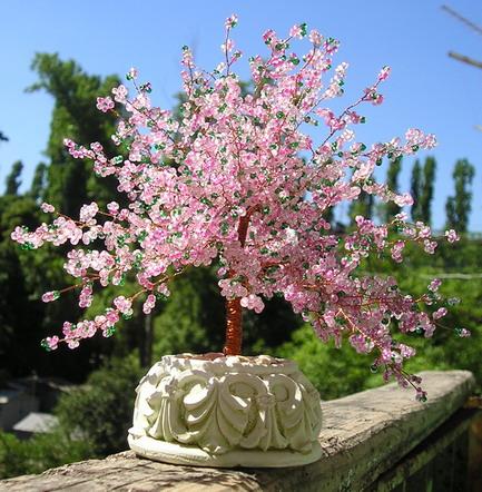 Materiales Chaquira en rosa 45 gr y verde 15 gr,alambre de cobre ,flora tape para forrar el alambre,pinza o alicate para cortar el alambre,base para el