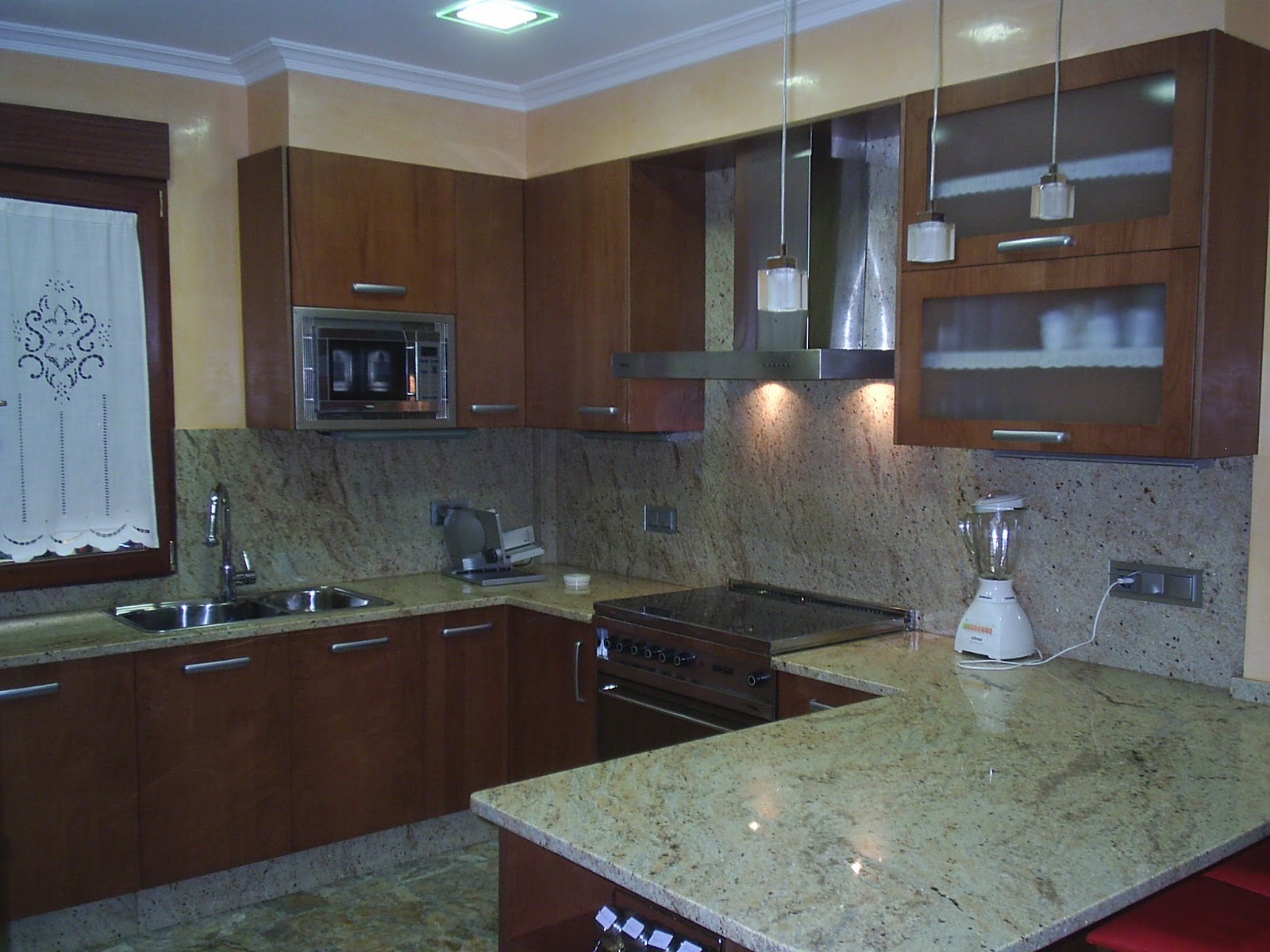 Sansu cocinas y carpinteria cocina en color cerezo - Encimeras de granito colores ...