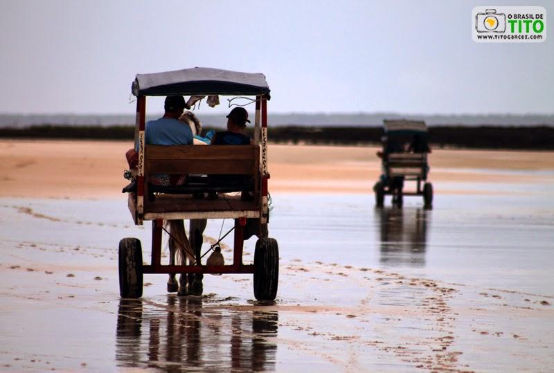 Charretes (carroças) na praia da Princesa, na Ilha de Maiandeua (Algodoal), no Pará