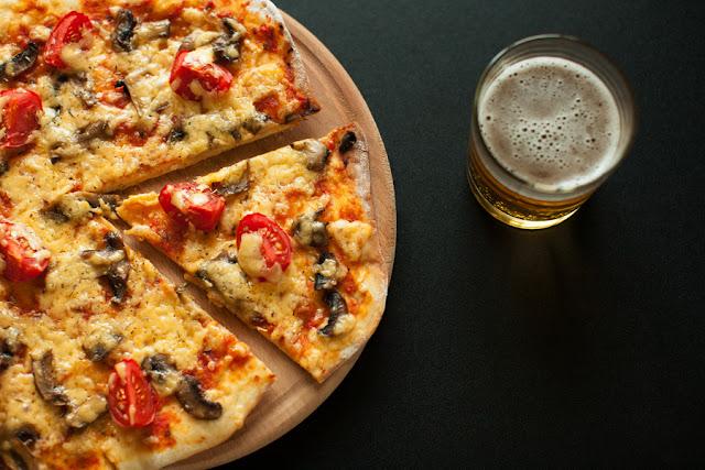пицца с шампиньонами и томатами