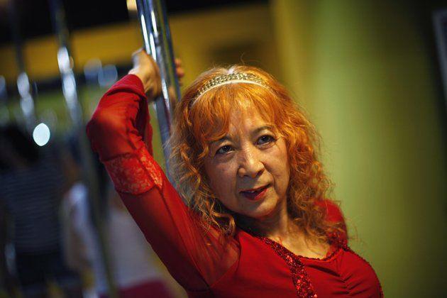 Buset !! Nenek 60 Tahun Belajar Tari Tiang !! [ www.BlogApaAja.com ]