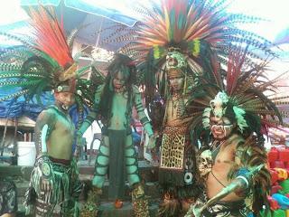 danzantes de show, con muchas plumas y pieles de animales