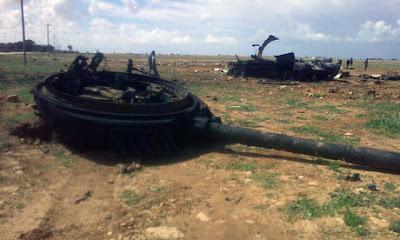 cañon de tanque destrozado por misiles en libia