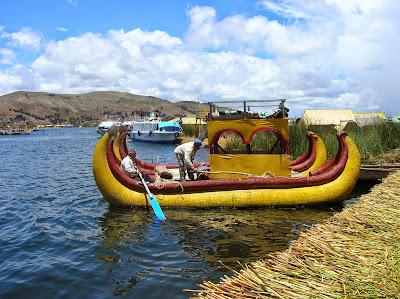 Embarcación de totora, Puno, Perú, La vuelta al mundo de Asun y Ricardo, round the world, mundoporlibre.com