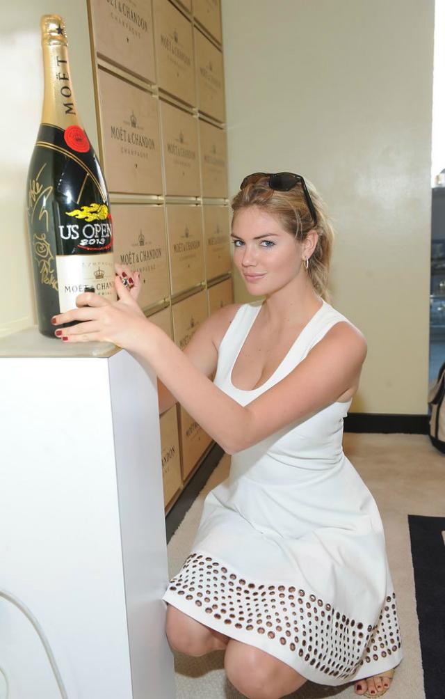 Kate Upton junto a una botella gigante