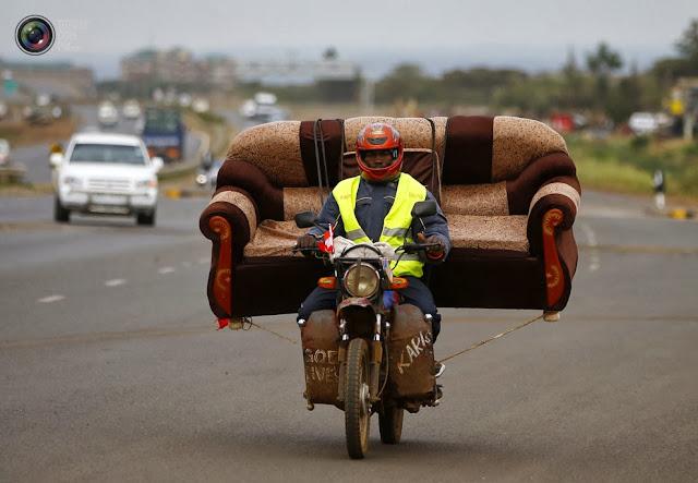 Мужчина везёт диван недалеко от Найроби, Кения. (Marko Djurica/REUTERS)