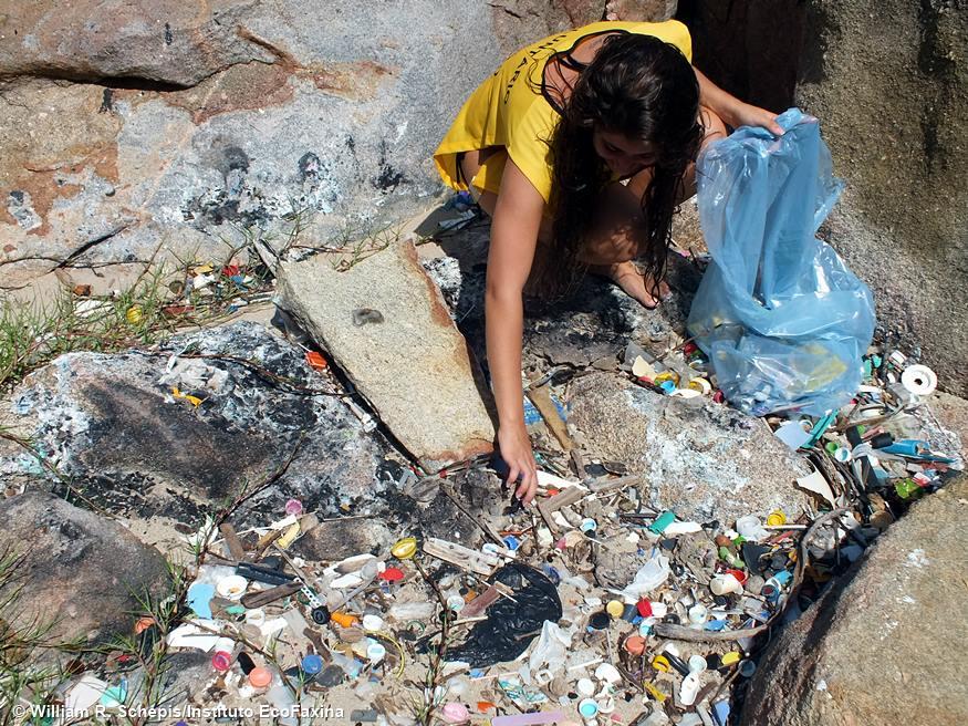 Voluntária coleta plástico em praia do Guarujá (SP) durante Ação Voluntária EcoFaxina.
