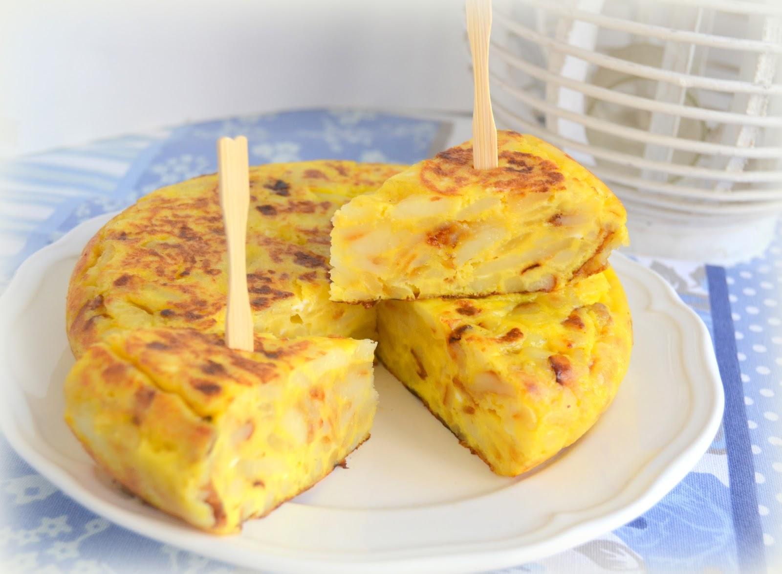 Tortilla de patatas con cebolla. Fácil, rápida, casera.