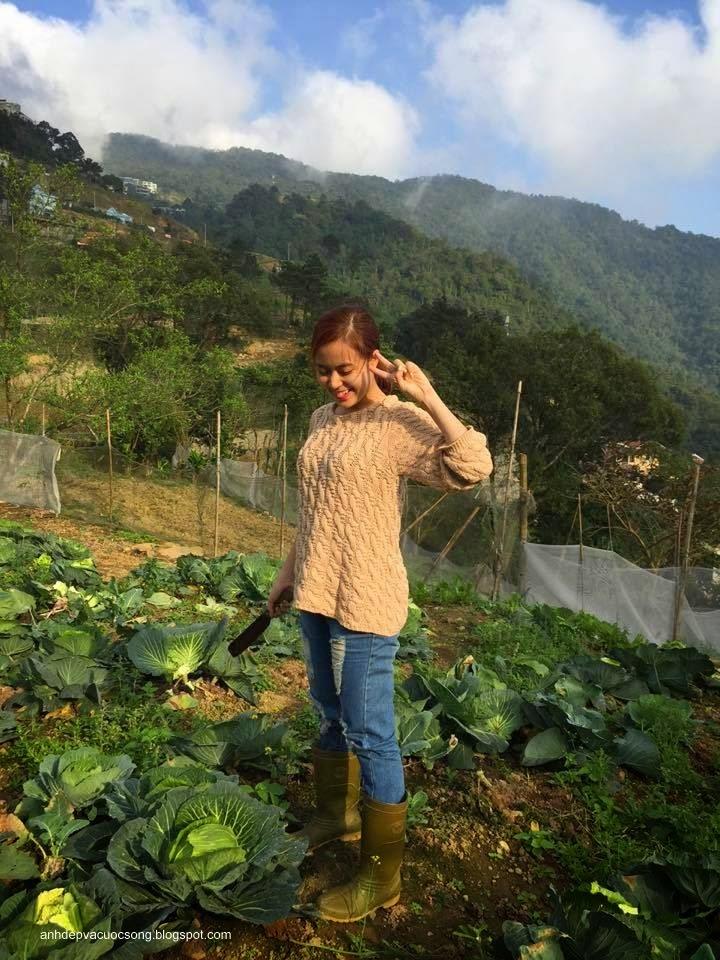 Ca sĩ Hoàng Thùy Linh nô đùa bên vườn rau 2