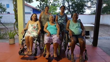 Na foto, mãe e 3 dos 4 filhos acometidos pela DNM/ELA Familiar com mutação  VAPB
