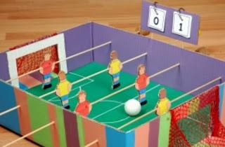 http://manualidadesparaninos.biz/futbolin-manualidades-para-ninos/