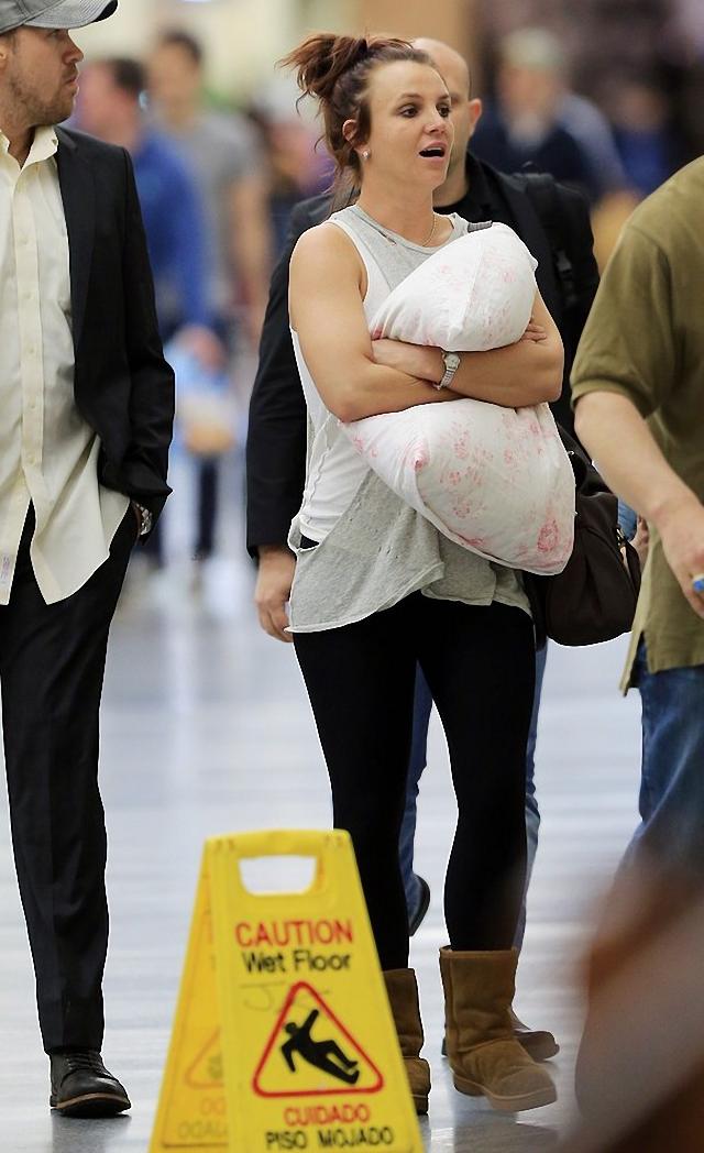 Britney Spears esta con sueño pues camina por las calles con una almohada