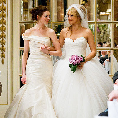 kate_hudson_anne_hathaway_bride_wars_wedding_dresses
