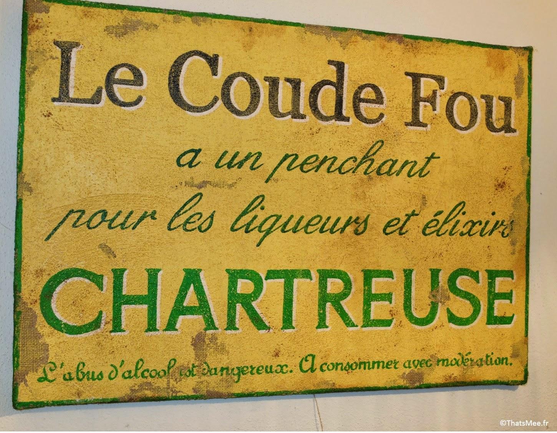 Resto bistro troquet Le Coude Fou Paris Marais, déco murale pancarte Chartreuse, cuisine traditionnelle française Coude Fou