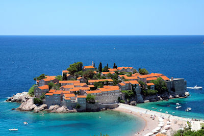Complejo Sveti Stefan en Montenegro, Península Balcánica, Europa. (Centro turístico costero en la Riviera de Budva)