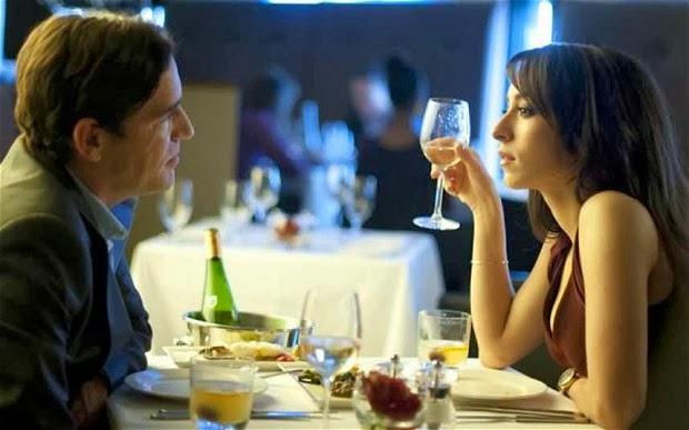 Ben y Oona Chaplin en un restaurante en Dates