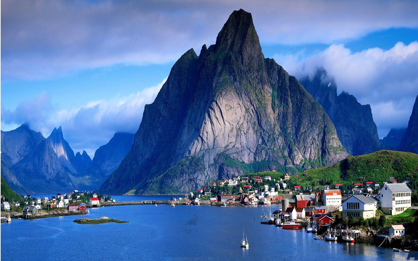 Un pequeño pueblo en los lagos azules de Dinamarca