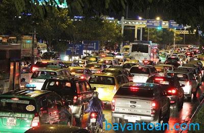 Cửa ngõ sân bay Tân Sơn Nhất kẹt xe sau trận mưa lớn