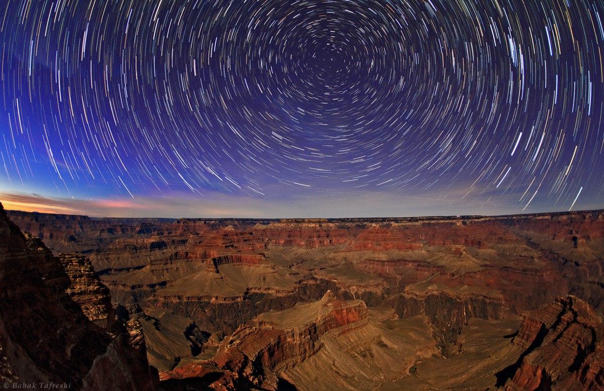 Đường đi của những ngôi sao trong suốt một đêm ở Grand Canyon, miền tây nước Mỹ. Để chụp được những bức hình như thế này, bạn phải để cố định máy ảnh lên một chân máy, khi Trái Đất quay, những ngôi sao sẽ cũng đi theo trên bầu trời, và tạo ra những đường tròn đồng tâm trên bầu trời. Bạn có thể dễ dàng nhìn thấy sao Bắc Cực là tâm của những vòng tròn này.