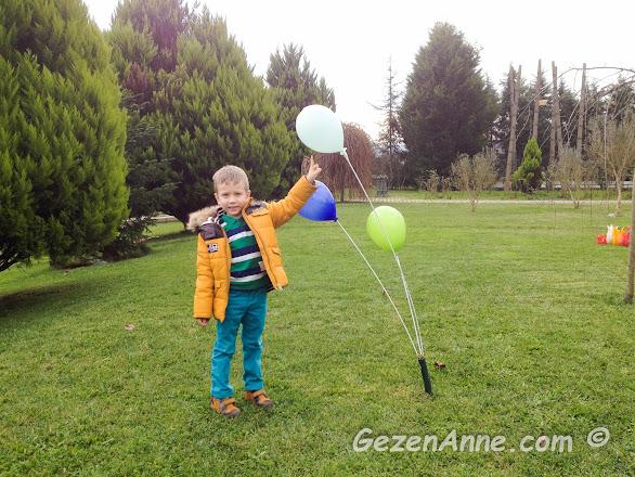 Cam Ocağının bahçesindeki cam balonlara dokunan oğlum, Riva Beykoz