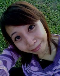 senyum tak bermakna gembira