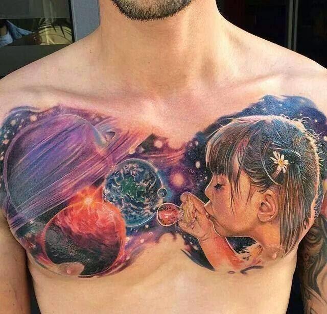 Tatuaje niña creando el universo