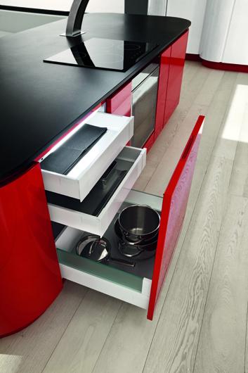 Una cocina con esp ritu deportivo cocinas con estilo for Cocina blanca encimera roja