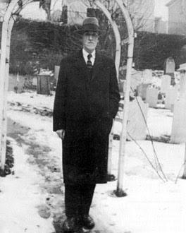 H.P. Lovecraft, St. John's Churchyard, Providence, 1935, foto