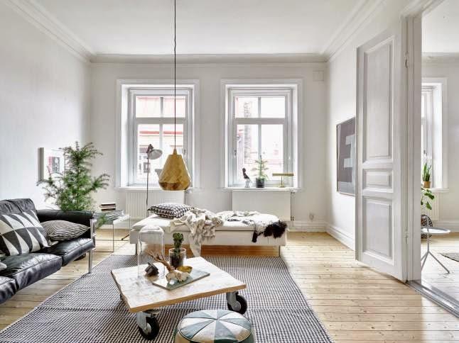 Salón nórdico con suelo de madera