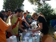 Servint l'esmorzar a Sant Vicenç de Vilarassau
