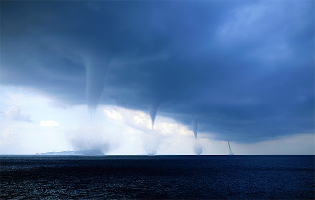 4 торнадо у берегов Италии  Эта феноменальная фотография была сделана Roberto Giudici когда он находился на лодке около города Бриндизи, Италия