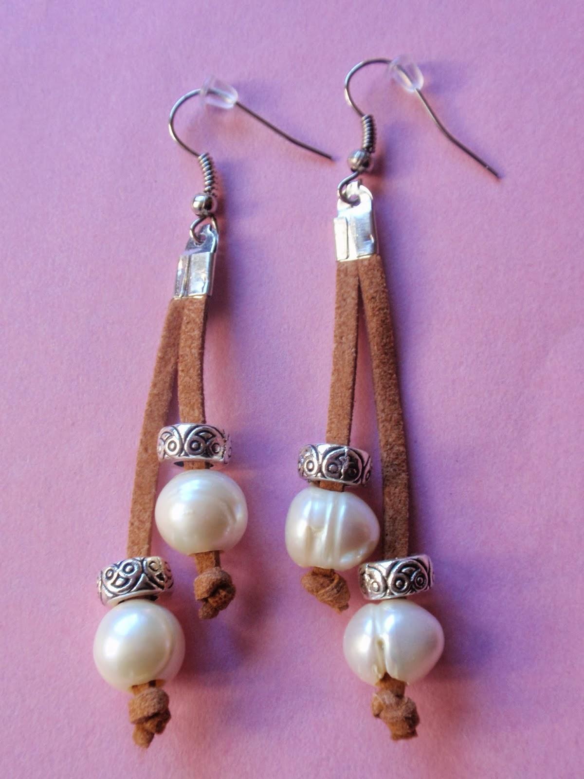 Pendientes largos en antelina color camel y perlas de agua dulce