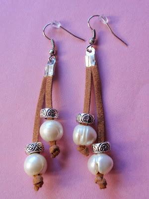 pendientes en antelina color camel y perlas