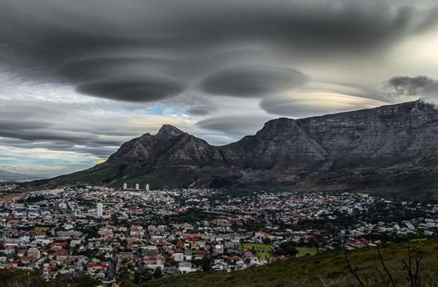 Nuvens em forma de naves alienígenas