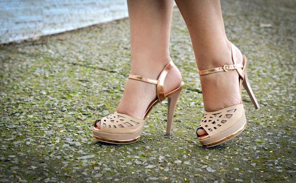 Sandália salto alto - nude - metalizado ouro rosé