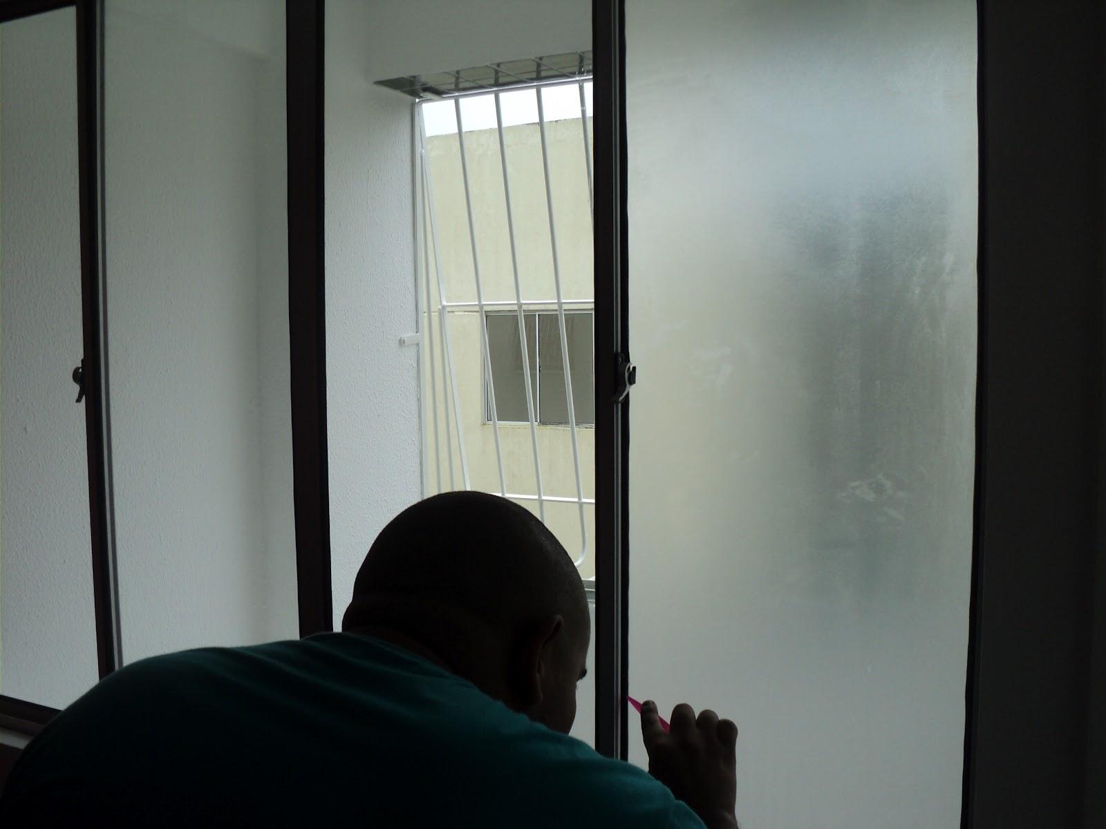 #6C715A Aplicação de adesivo jateado em janela (efeito de vidro fosco) em  250 Janelas De Vidro Pra Sala