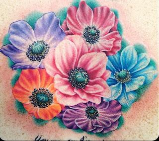 tatuaj cu anemona, aplicat pe spate
