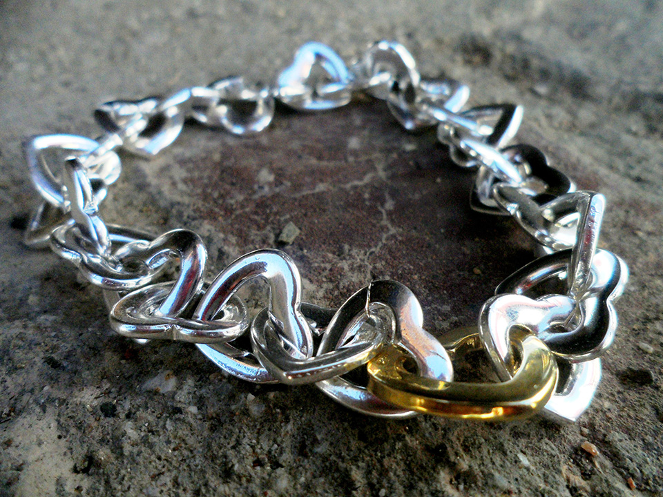 Sorteo de pulsera compuesta por 26 corazones de plata y 1 dorado