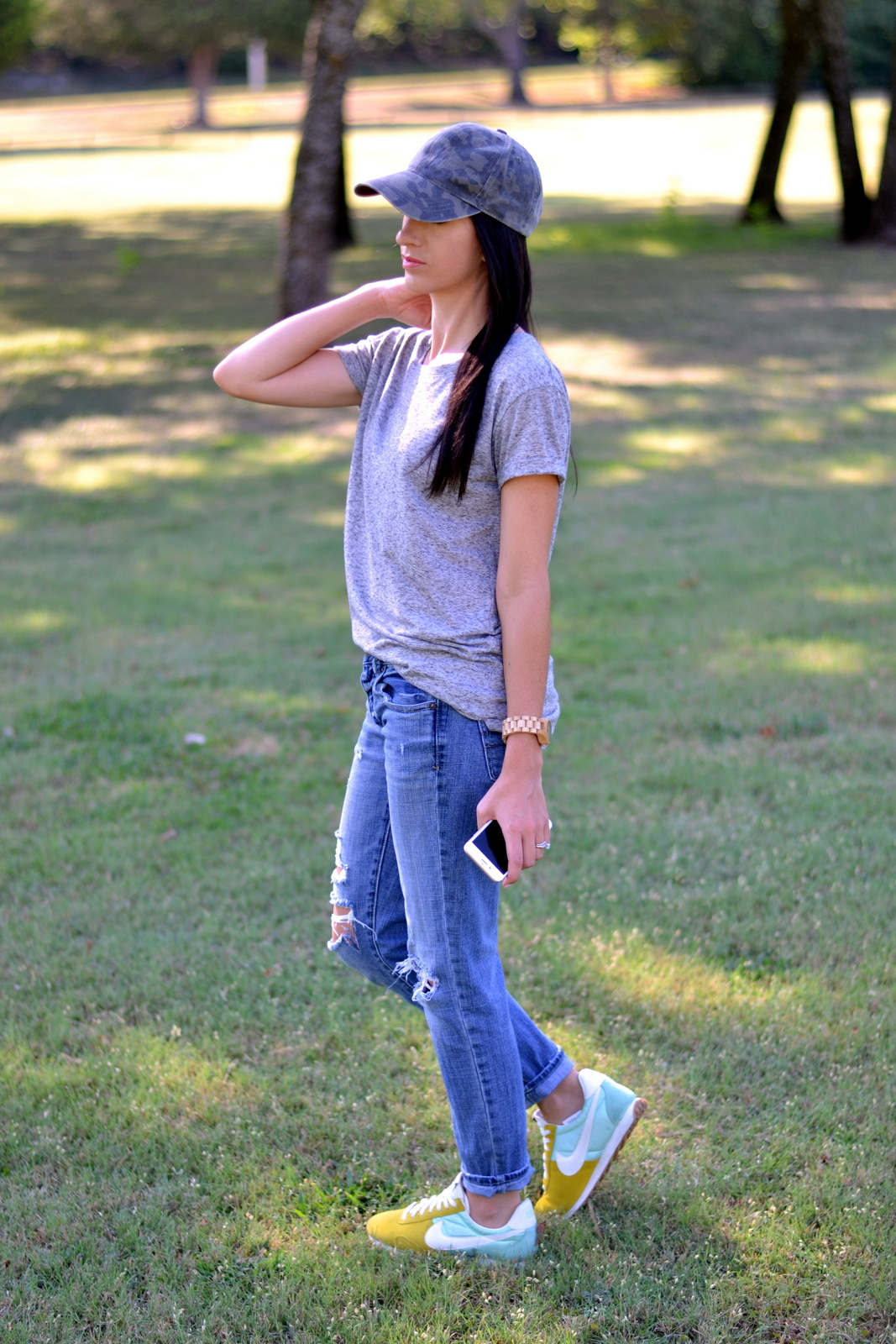 Casual summer look with boyfriend jeans and a basic tee.