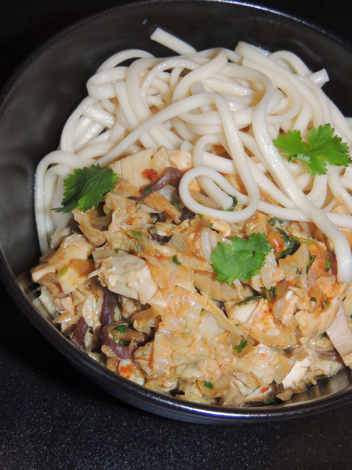 Midi cuisine nouilles udon au choux chinois et au poulet un peu satay - Un chinois en cuisine ...