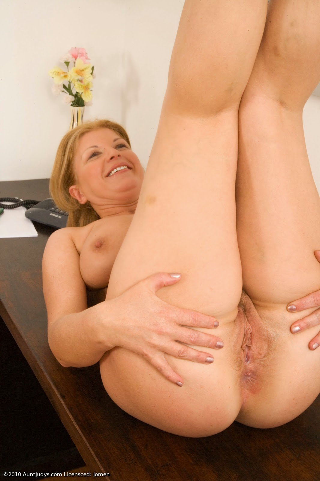 Full image set wit this blonde milf with hot chubby cunt and ass