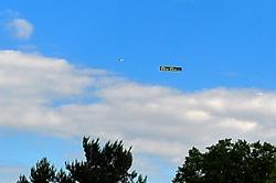 Flugzeug mit Werbebanner...