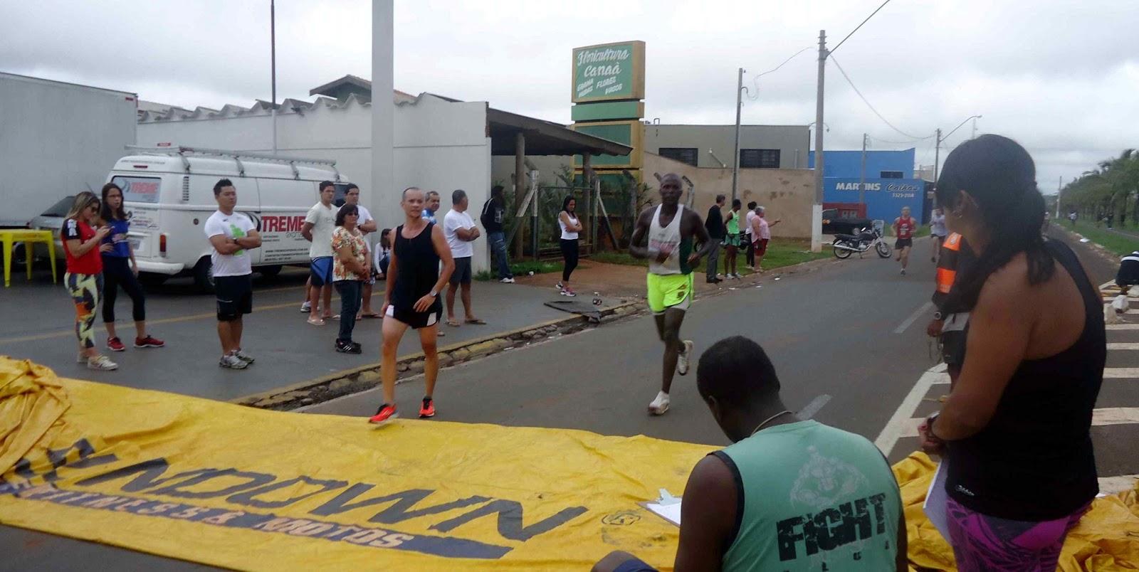 Foto 90 da 1ª Corrida Av. dos Coqueiros em Barretos-SP 14/04/2013 – Atletas cruzando a linha de chegada